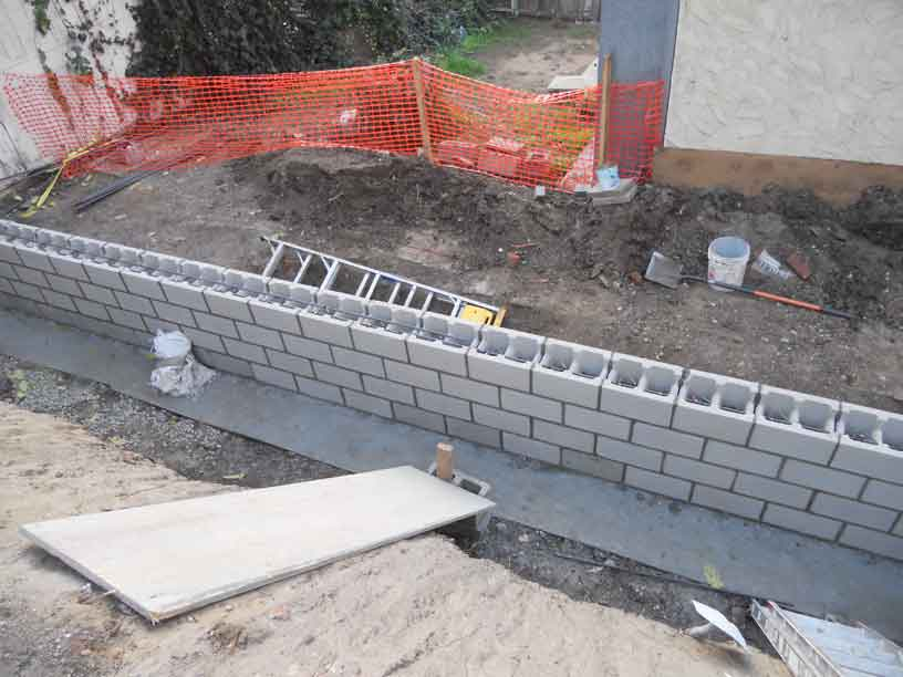 retaining wall forms concrete blocks